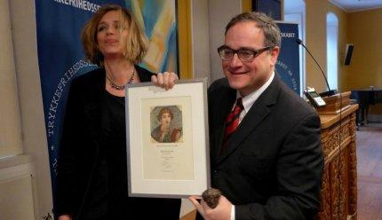 Ezra Levant med Sappho Prisen og Katrine Winkel Holm, der motiverede prisen: FOTO: Snaphanen