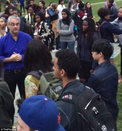 Professoren forsøgte at indlede en dialog med studenterne, men blev overfuset og tilsvinet