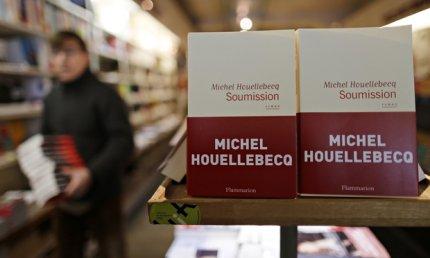 Det er også noget tiltrækkende ved at underkaste sig, noterer Houellebecq i sin nye roman