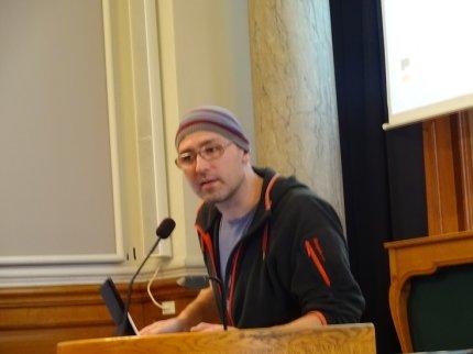 Bogaktuelle Thomas Knarvik her på talerstolen til en konference i Danmark.