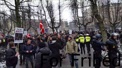 Foto: En deltager af For Friheds demonstration.