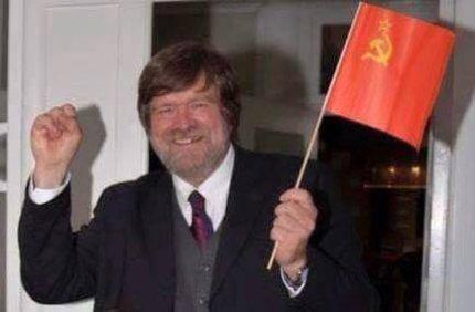 Jørgen Dragsdahl svingede med Sovjet-flaget, efter han blev frikendt af Højesteret.